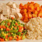 سبزیجات و مرغ پخته شده برای استفاده به عنوان غذای خانگی سگ